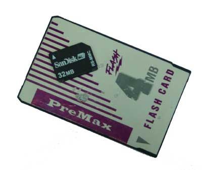 La tarjeta de memoria Flash de la Newton, de 4 megas, abulta mucho más que la del móvil, de 32