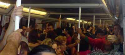 El abarrotado metro de Barcelona, hoy