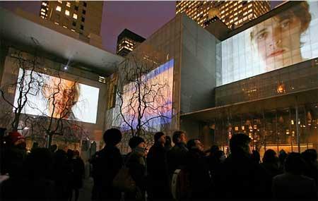 Proyección de vídeo sobre el exterior del Museo de Arte Moderno de Nueva York