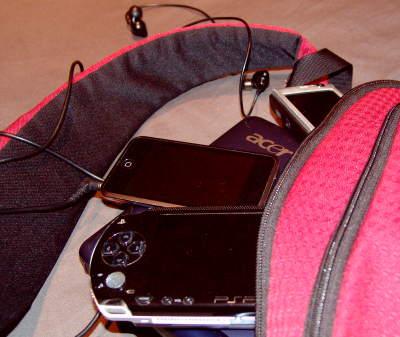 Bolsa con un portátil, un iPod Touch, un Nokia N95 y una PSP