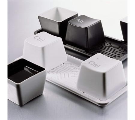 Tazas de té con forma de teclas y Ctrl, Alt y Del escrito en la base. La bandeja tiene grabado un circuito integrado