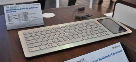 Foto del Eee Keyboard PC. Donde normalmente iría el teclado numérico, hay una pantalla