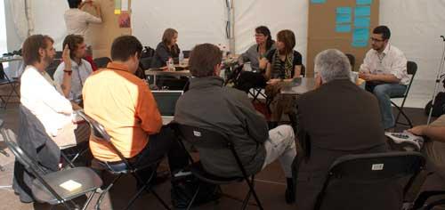 Grupo de académicos discutiendo cómo llevar la educación adelante