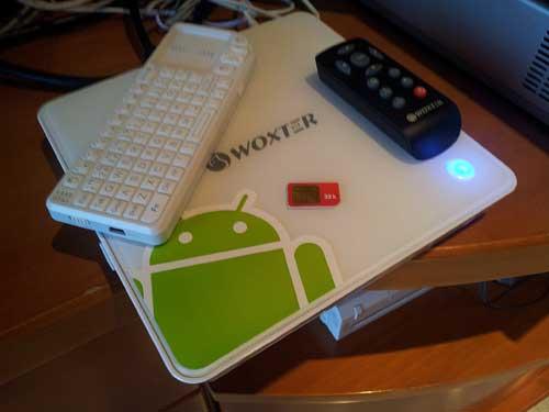 Foto del cacharrito con los dos mandos a distancia que incluye- El teclado, en particular, es bastante pequeño