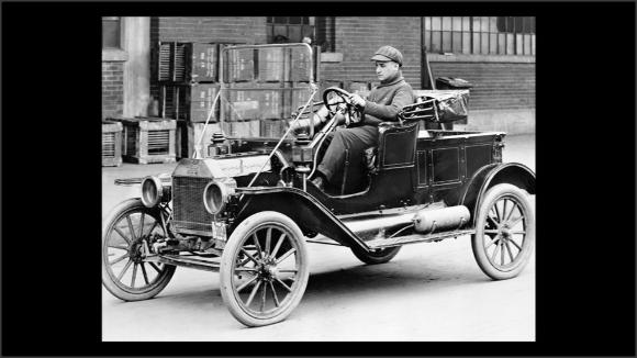 Foto en blanco y negro de un coche antiguo