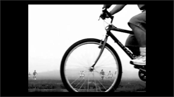 Captura de un vídeo. Una bicicleta en primerísimo primer plano