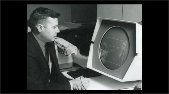 Foto de una persona frente a la pantalla del ordenador de la foto anterior