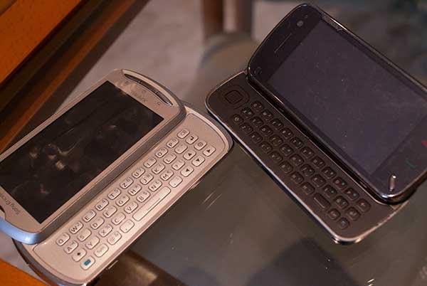 Foto de dos teléfonos móviles que comparten formato: ambos tienen teclado QWERTY