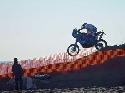 Una moto salta una duna artificial
