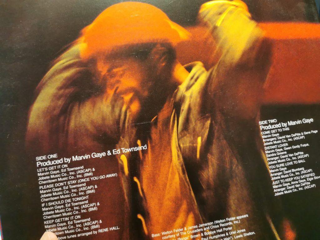Foto de la contraportada de un LP. Incluye información de las canciones, como sus creadores y los productores